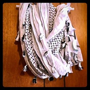 NWT cute scarf from maurices  black and white